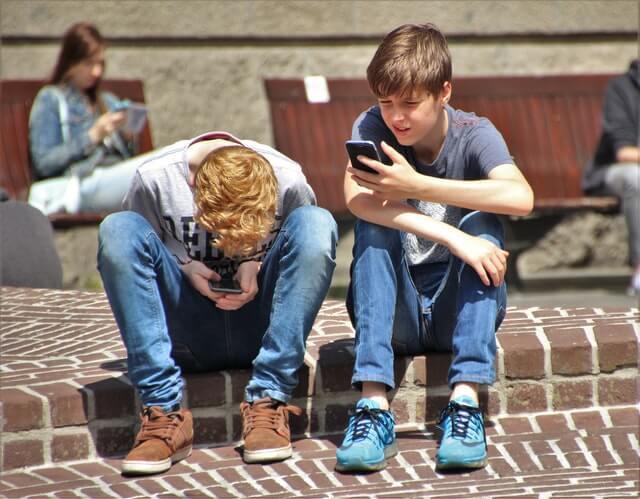 Jämför barnabonnemang och hitta det bästa och billigaste mobilabonnemanget för barn